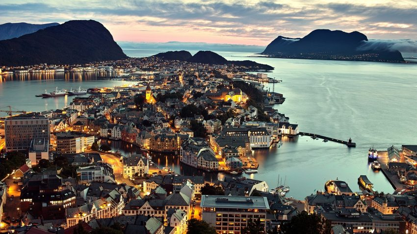 Norway-Alesund-city-night-view-lights-sea-houses_1920x1080